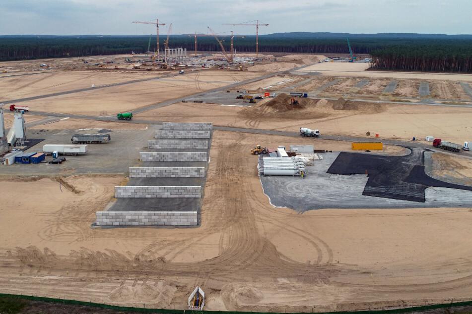 Kräne und erste Pfeiler für die künftigen Tesla Giga-Factory sind auf dem Baugelände zu sehen (Luftaufnahme mit einer Drohne).