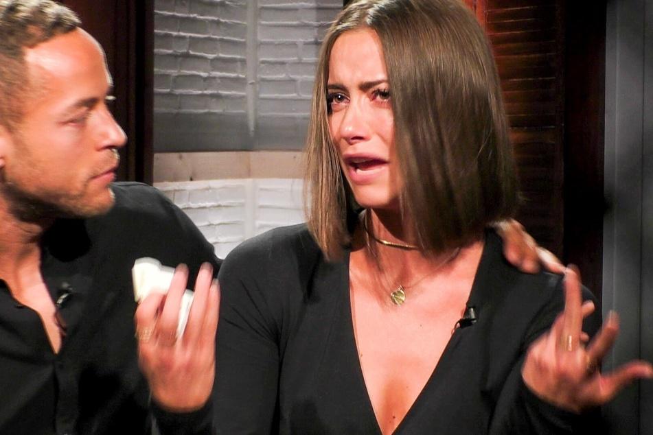 Jenny und Bachelor André regen sich über Eva auf.