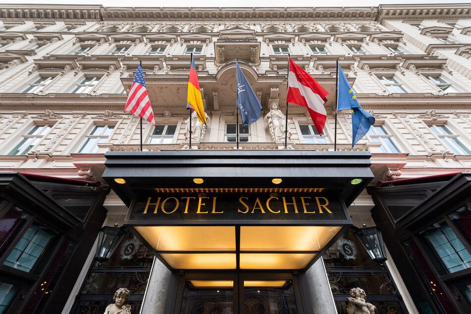 Blick auf den Eingang vom Hotel Sacher in Wien.