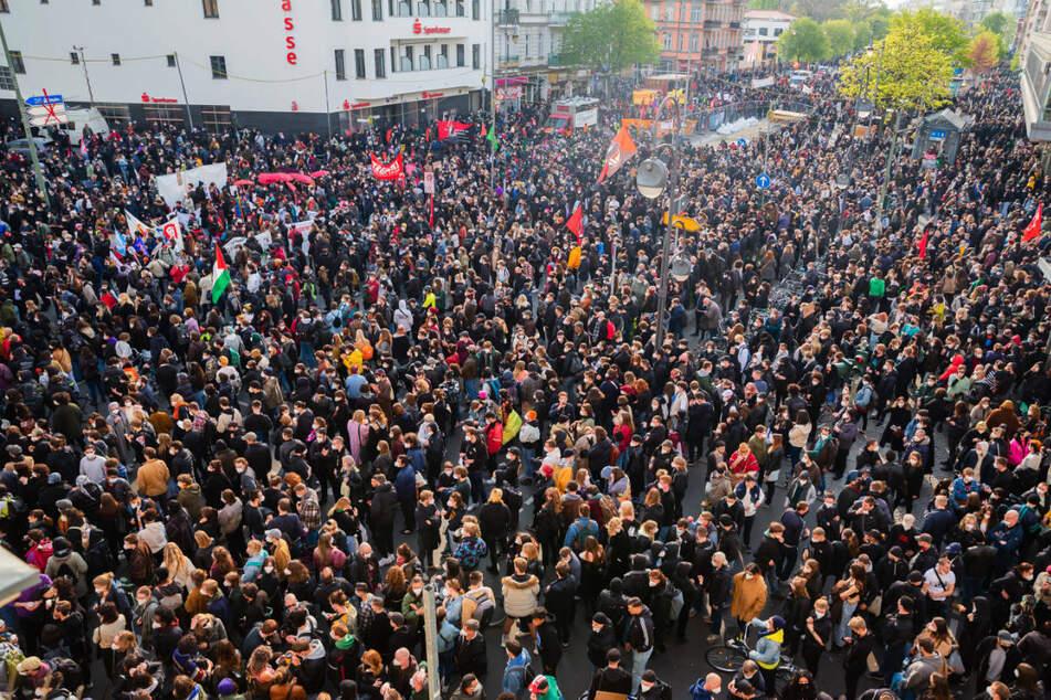 Bei der sogenannten revolutionären 1. Mai-Demonstration in Berlin-Neukölln gingen nach Angaben der Polizei vom Samstag 8000 bis 10.000 Menschen auf die Straße.