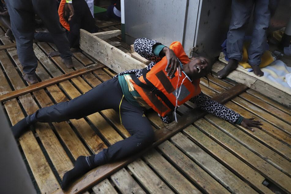 Ein Flüchtling liegt an Bord eines Rettungsboots der spanischen Hilfsorganisation Open Arms, nachdem er nach einem Bootsunglück gerettet wurde.