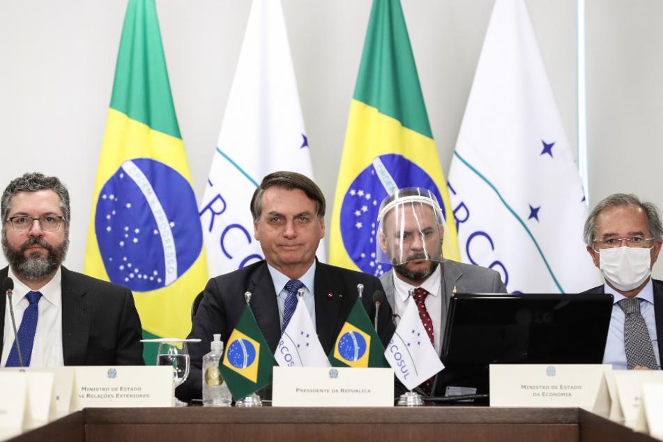Auf diesem vom brasilianischen Präsidentenamt zur Verfügung gestellten Bild nehmen Ernesto Araujo (l-r), Außenminister von Brasilien, Jair Bolsonaro, Präsident von Brasilien, und Paulo Guedes, brasilianischer Wirtschaftsminister, an einem virtuellen Gipfel des Mercosurs teil.