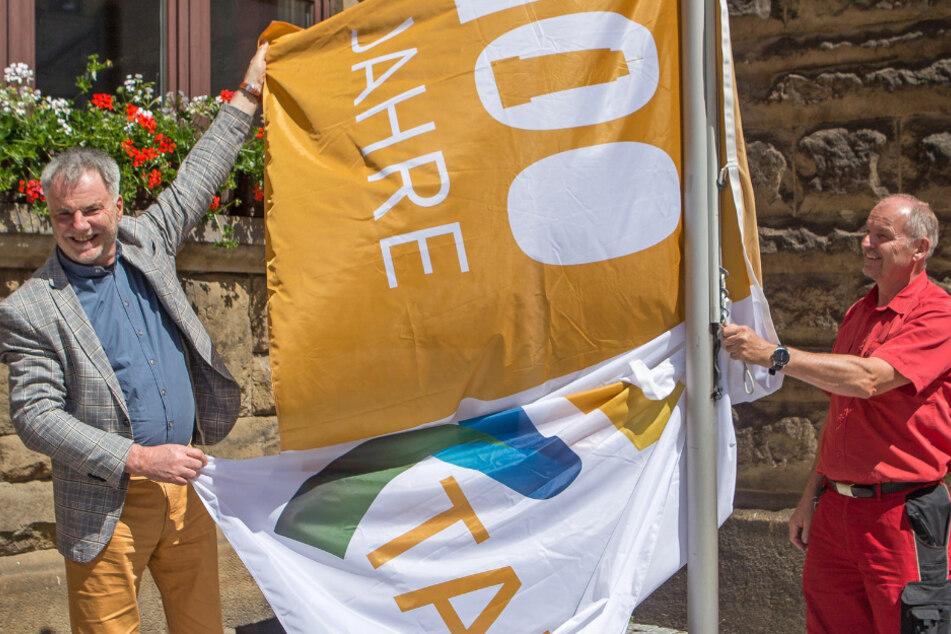 OB Uwe Rumberg (61, CDU, l.) und Hausmeister Hans-Joachim Huth (60) hissen Freitals neue Flagge.
