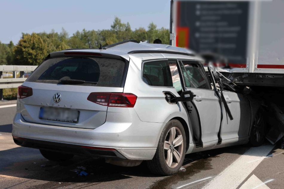 Der VW fuhr dem Lastwagen am Stauende hinten auf.