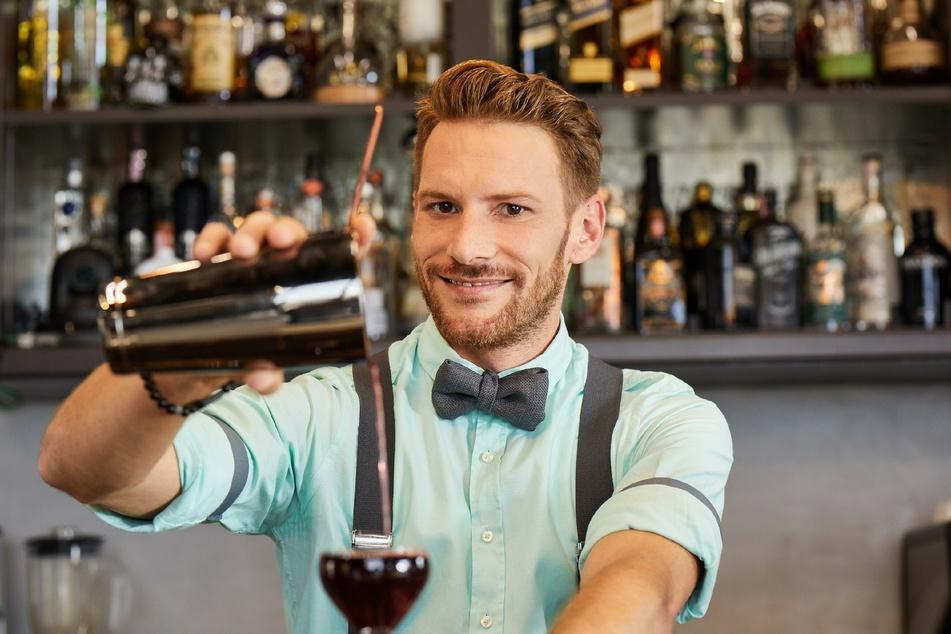 """Rocco (35) steht bei """"First Dates Hotel"""" eigentlich hinter der Bar, doch plötzlich hat er selbst eine Dinner-Verabredung."""