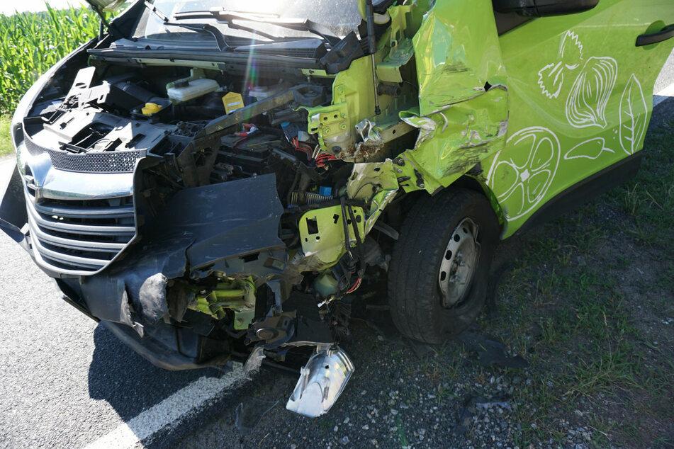 Der Transporter ist vom Unfall gezeichnet.