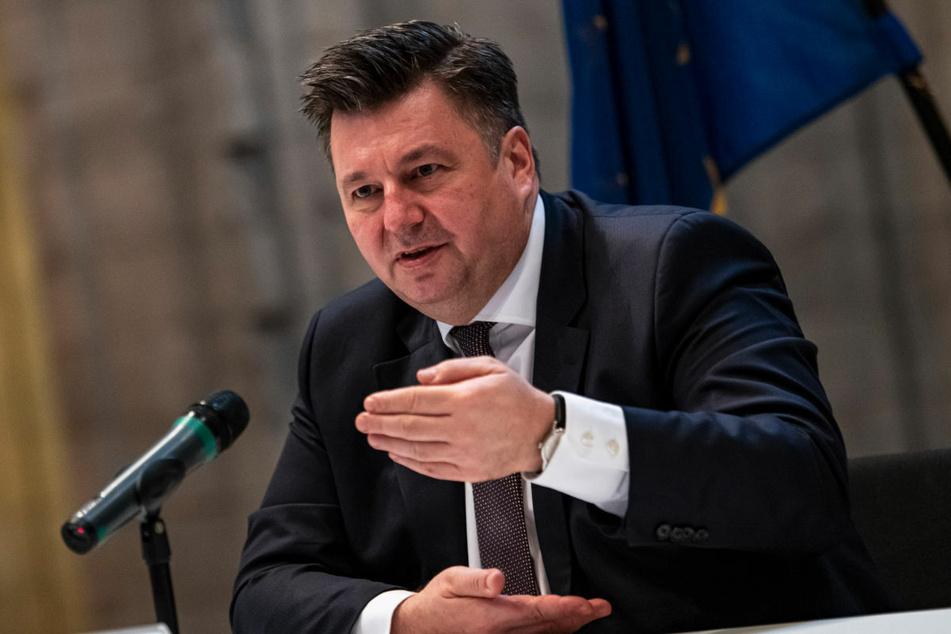 Innensenator Andreas Geisel (54, SPD) äußert sich bei einer Pressekonferenz zum Verbot der Jihad-salafistischen Vereinigung Jama'atu, die auch unter der Bezeichnung Tauhid Berlin bekannt ist.