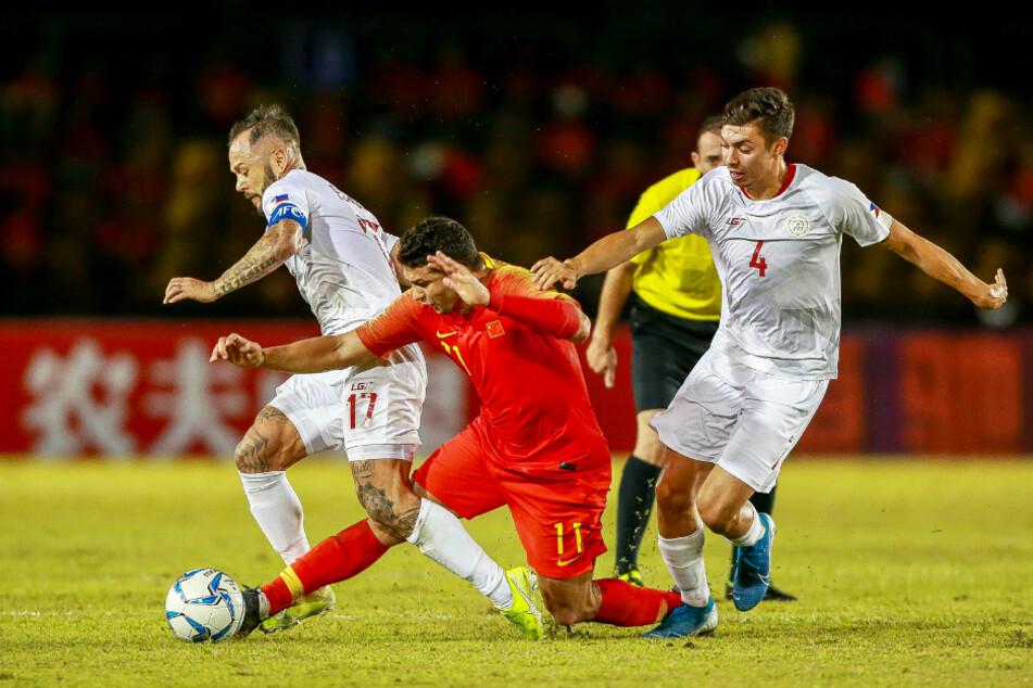 John Patrick Strauß (r.) ging beim Asien-Cup gegen China resolut zur Sache. Links sein Nationalelfkollege Stephan Schröck (u.a. Fürth, Hoffenheim, Frankfurt).