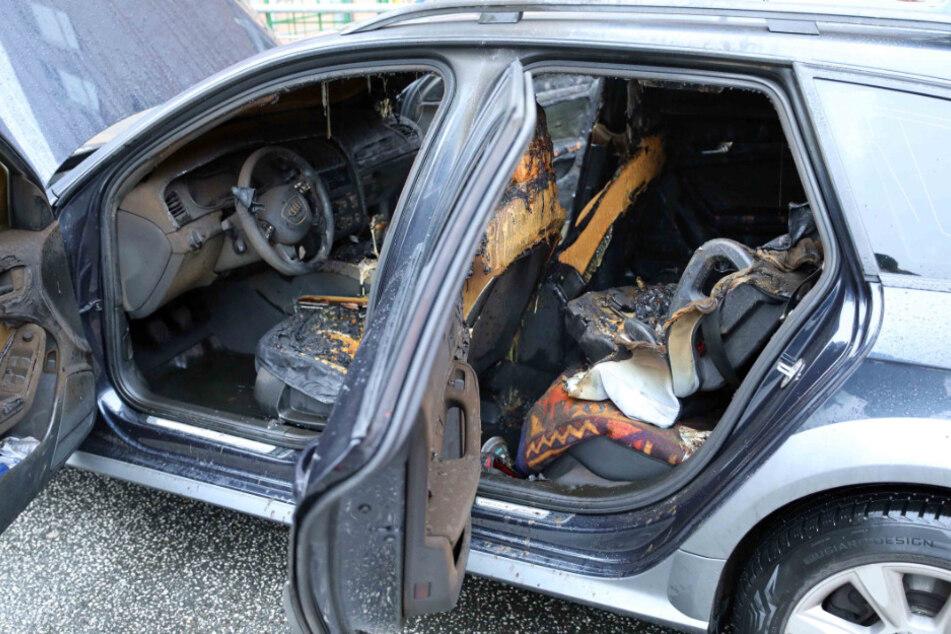 Während die Eltern einkaufen sind: 12-Jähriger zündet Auto an!
