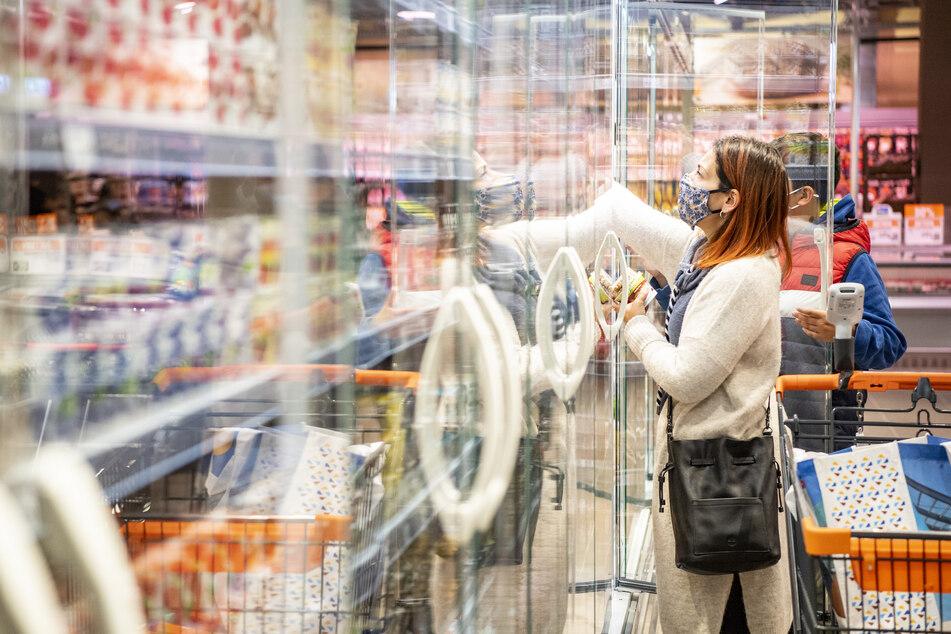 Eine Frau kauft in einem Lebensmittelladen ein.