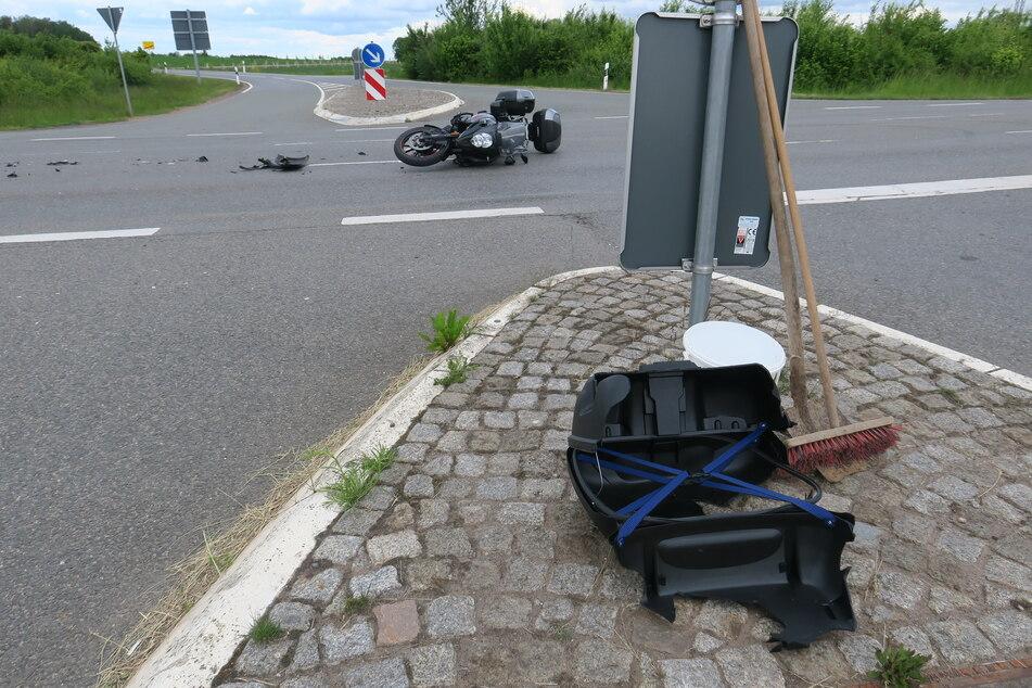 Auf Autobahnzubringer: Auto kracht mit Biker zusammen