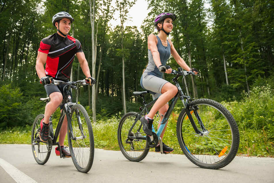 Radfahren gehört zu den beliebtesten Freizeitvergnügen. Damit der Spaß auch unterwegs ungetrübt bleibt, wurden nun Radwege in den sächsischen Wäldern ausgebessert. (Symbolbild)