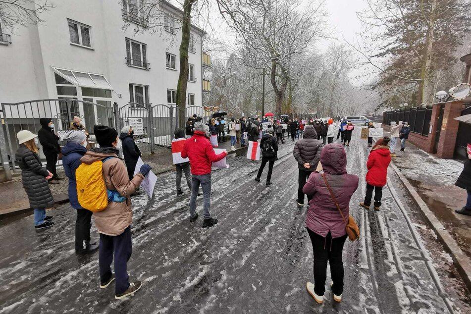 Fast 100 Personen versammelten sich in der Turmgutstraße.