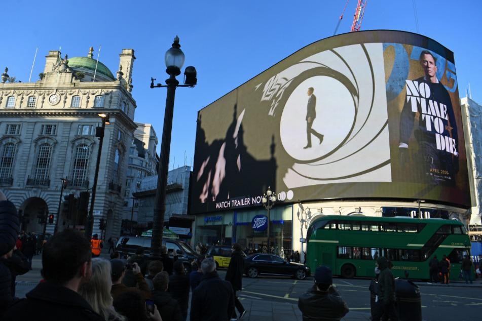"""Der Trailer zum neuen Bond-Film """"No Time to Die"""" wurde erstmals im Londoner Piccadilly Circus auf der großen Leinwand ausgestrahlt. Die Premiere des neuen Films wird um sieben Monate in den Spätherbst verschoben."""