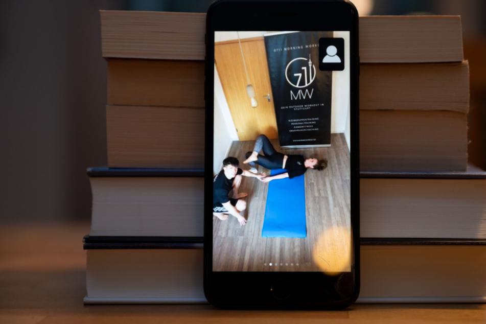 An einem Bücherstapel lehnt ein Handy.
