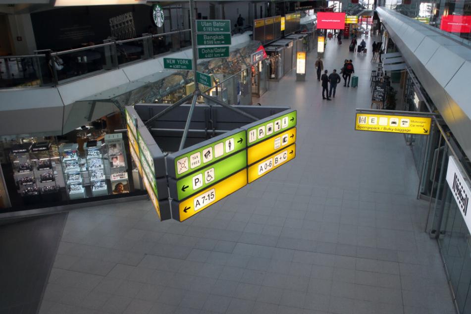 Nur wenige Menschen sind in der Haupthalle des Flughafens Tegel zu sehen, wo sich sonst dichtgedrängt die Reisenden zu den Flugsteigen begeben.