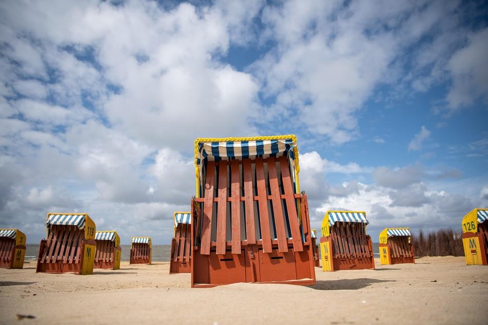 Abgeschlossene Strandkörbe stehen am Strand von Cuxhaven.
