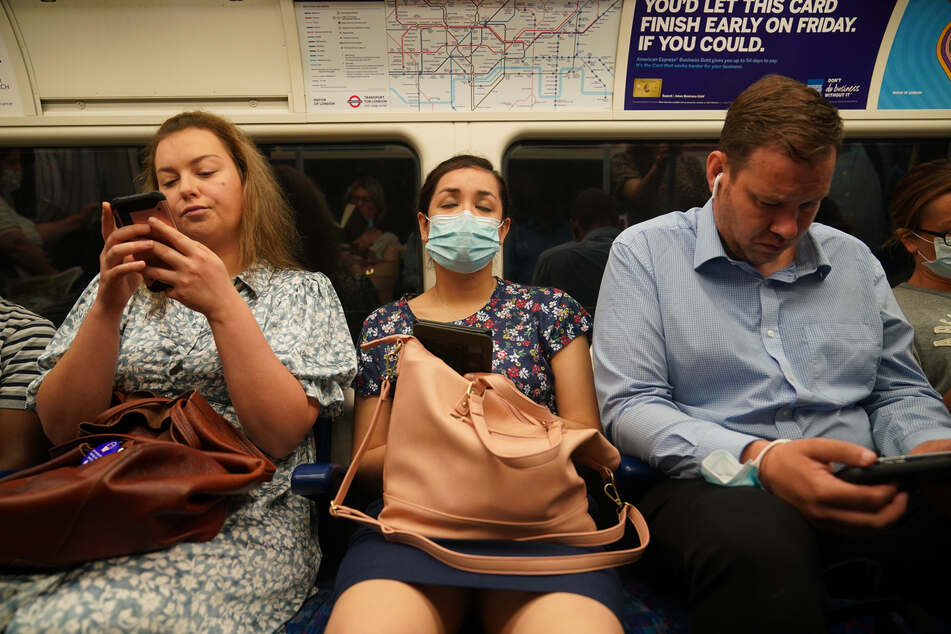 Einige Fahrgäste trugen am Montag in den U-Bahnen noch Mund-Nasen-Bedeckungen.