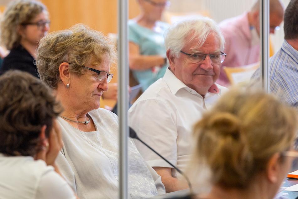 Die Eltern der getöteten Maria Baumer, Maria (l.) und Alois (r.) Baumer sitzen während einer Verhandlungspause im Sitzungssaal nebeneinander.