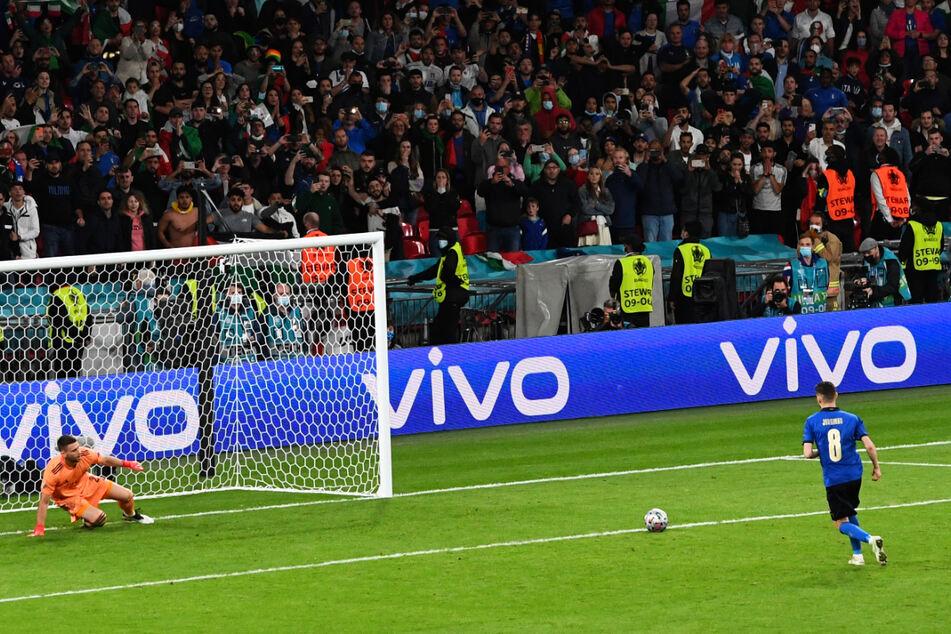 Der entscheidende Elfmeter: Jorginho (r.) verlädt Unai Simon und schießt Italien gegen Spanien ins Finale.