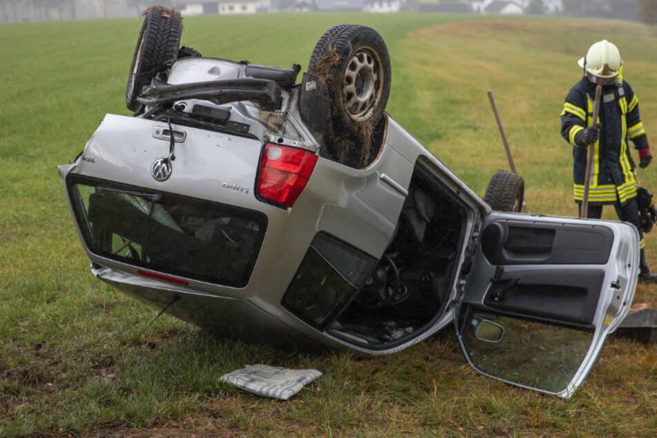 Frontalcrash im Erzgebirge: VW landet auf dem Dach