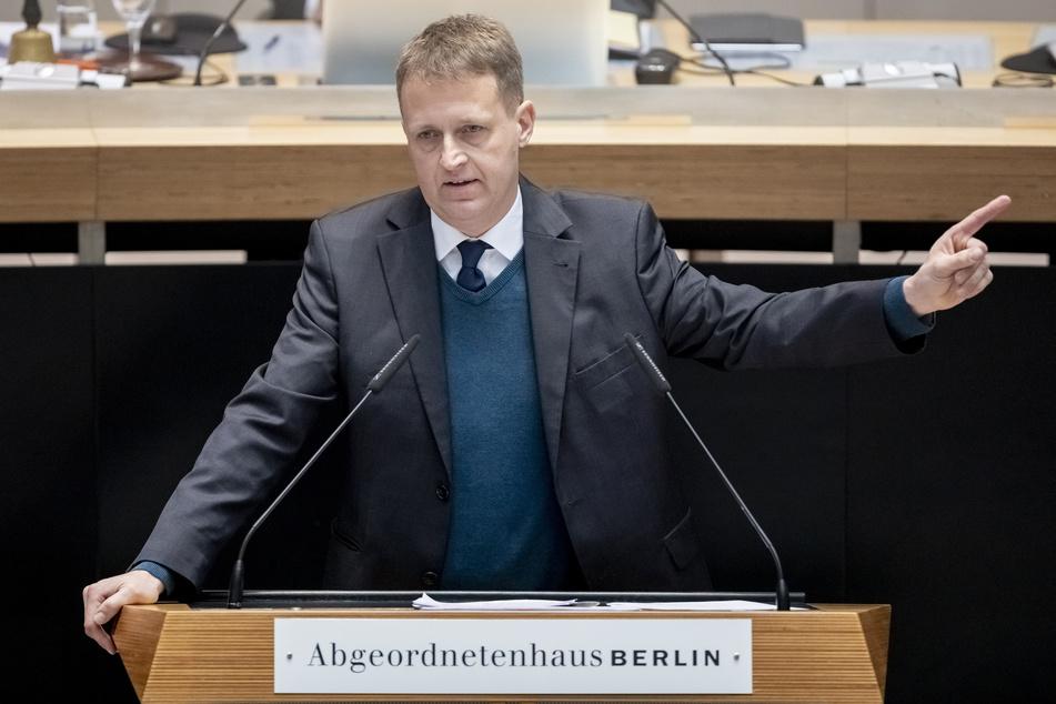 Der verkehrspolitische Sprecher der CDU-Fraktion, Oliver Friederici, kritisiert Bus und Bahn.