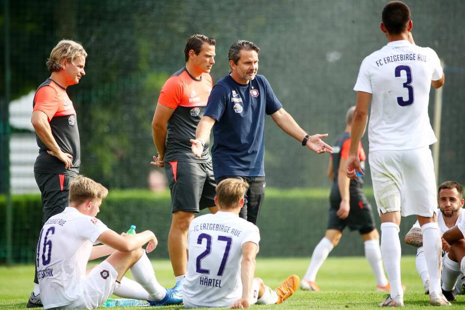 Vor dem FC Erzgebirge und seinem Cheftrainer Dirk Schuster (M.) liegen ungewisse Zeiten. Noch nie waren der Saisonstart und die Konkurrenz so schwer einzuschätzen wie aktuell.