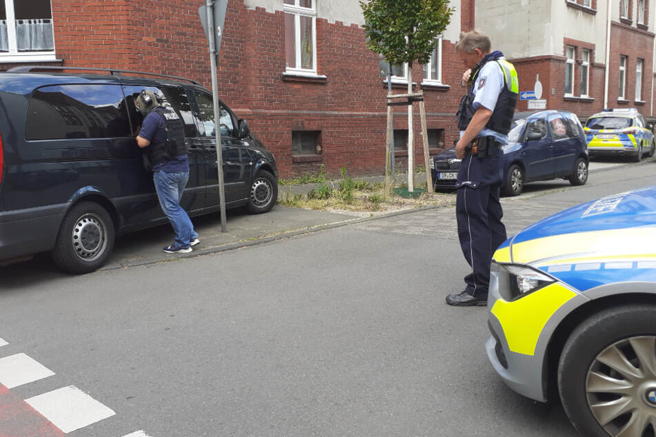 Die Polizei sperrte die Straße in Leverkusen-Opladen. Das SEK konnte den Mann in seiner überwältigen.