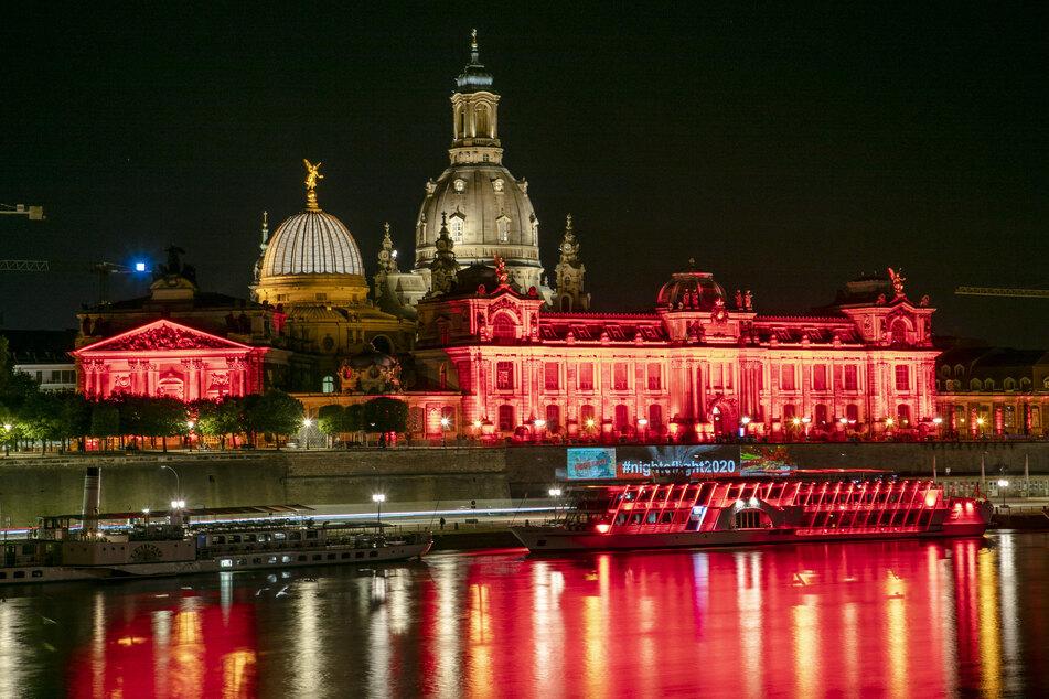 Wieso leuchtete Dresden diese Nacht rot?