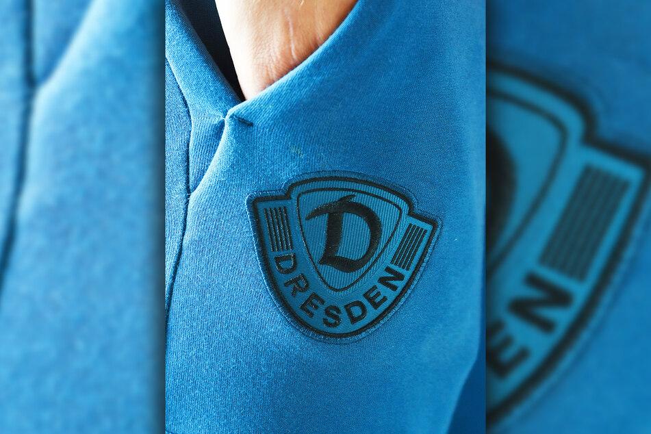 Tim Knipping zeigt das blaue Dynamo-Logo auf der Hose.