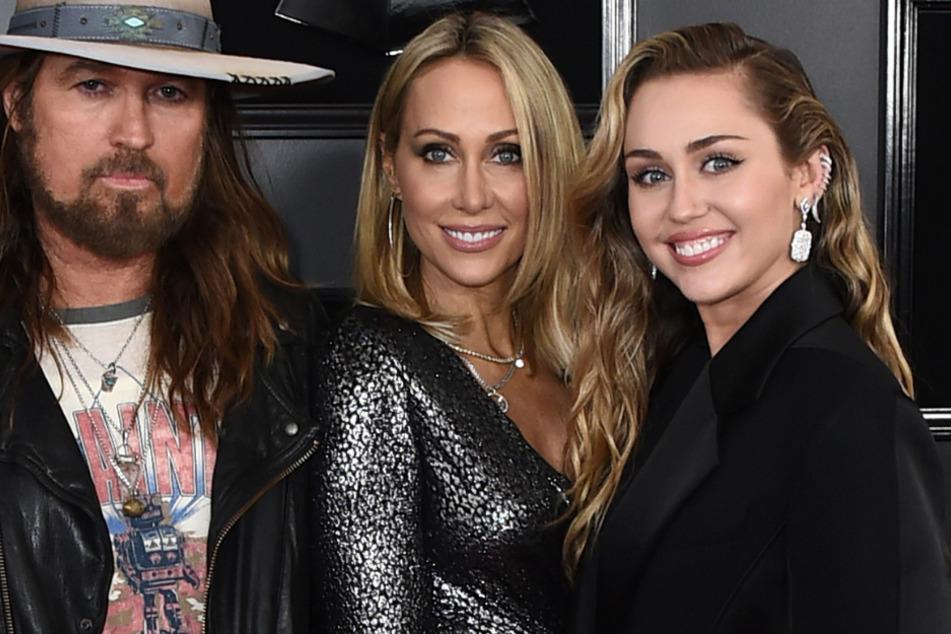 Faustkämpfe und schwarzer Tannenbaum: So skurril feiert Miley Cyrus Weihnachten