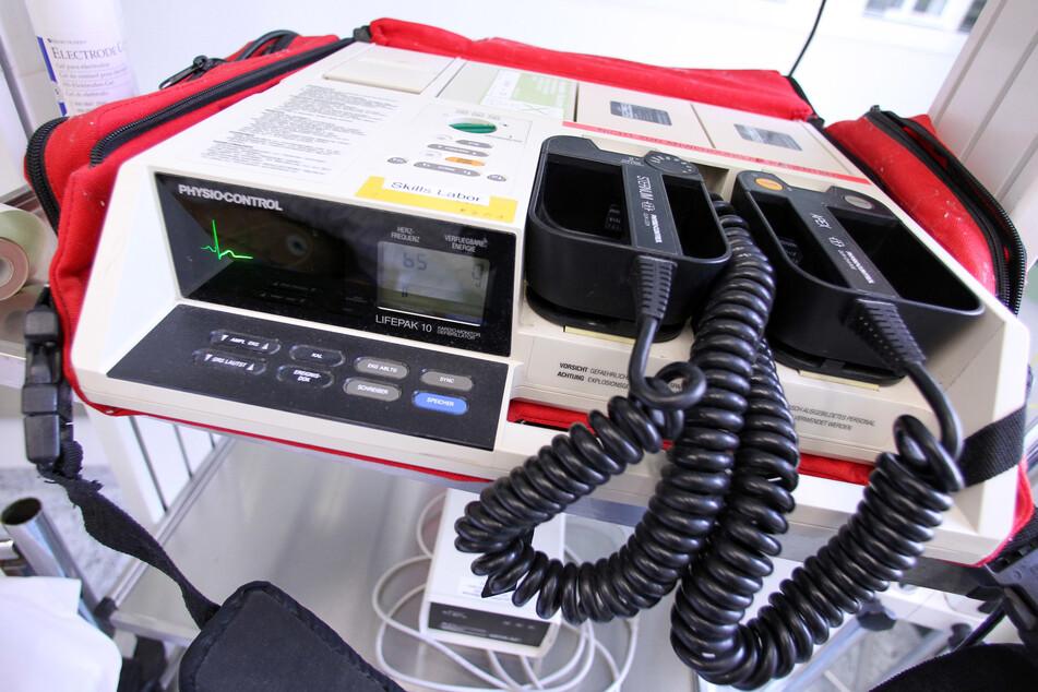 Ein Defibrillator für Menschen holt auch Tiere ins Leben zurück. Die Tierrettung Chemnitz will künftig mit einem Krankenwagen helfen.