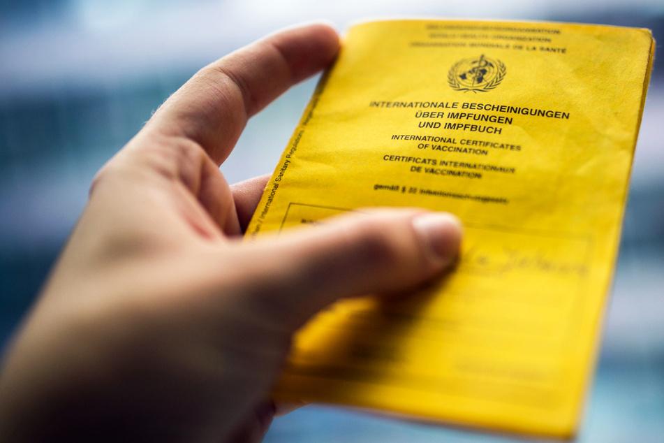 Fälschung von Impfpässen und Co.: Nun werden härtere Strafen gefordert!