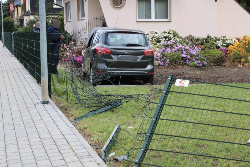 Ford kommt von Fahrbahn ab und landet in Vorgarten