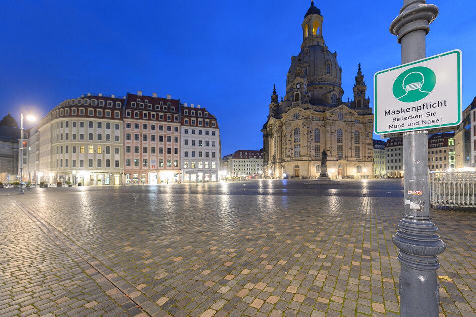 Die Frauenkirche am frühen Morgen. Ab dem heutigen Samstag gelten verschärfte Corona-Regeln in Dresden. Am Montag greift dann der Lockdown.
