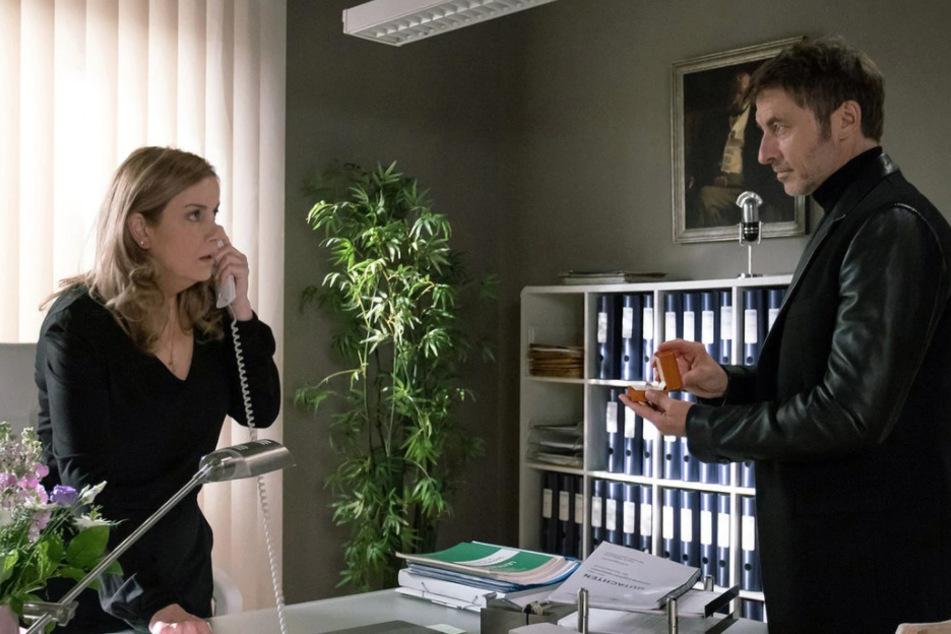 Plötzlich steht Tobias Rauch in Sarahs Büro. Und er hat einen Ring dabei.