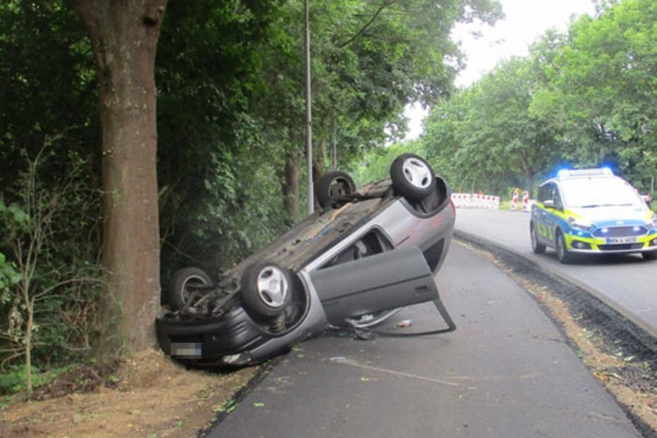 Der graue Opel hat sich bei dem Unfall überschlagen und ist auf dem Dach gelandet. Das Auto wurde von der Polizei sichergestellt.