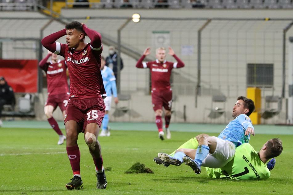 Ransford Königsdörffer (l.) greift sich entsetzt an den Kopf, kann nicht fassen, dass er soeben die Riesenmöglichkeit zum - wohl spielentscheidenden - 1:0 für Dynamo vergeben hat.