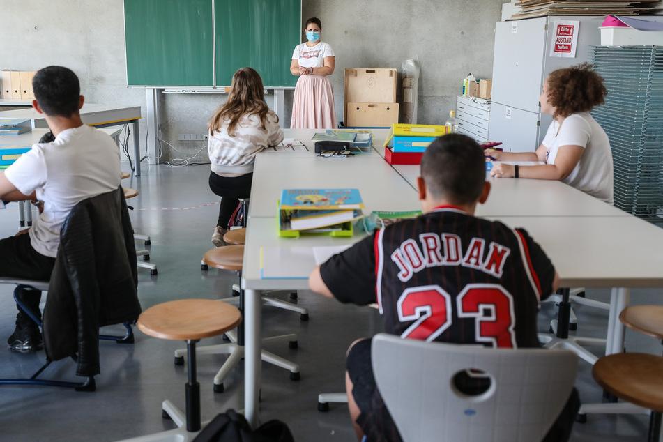 Eine Lehrerin spricht mit Schülern einer Lernbrücke