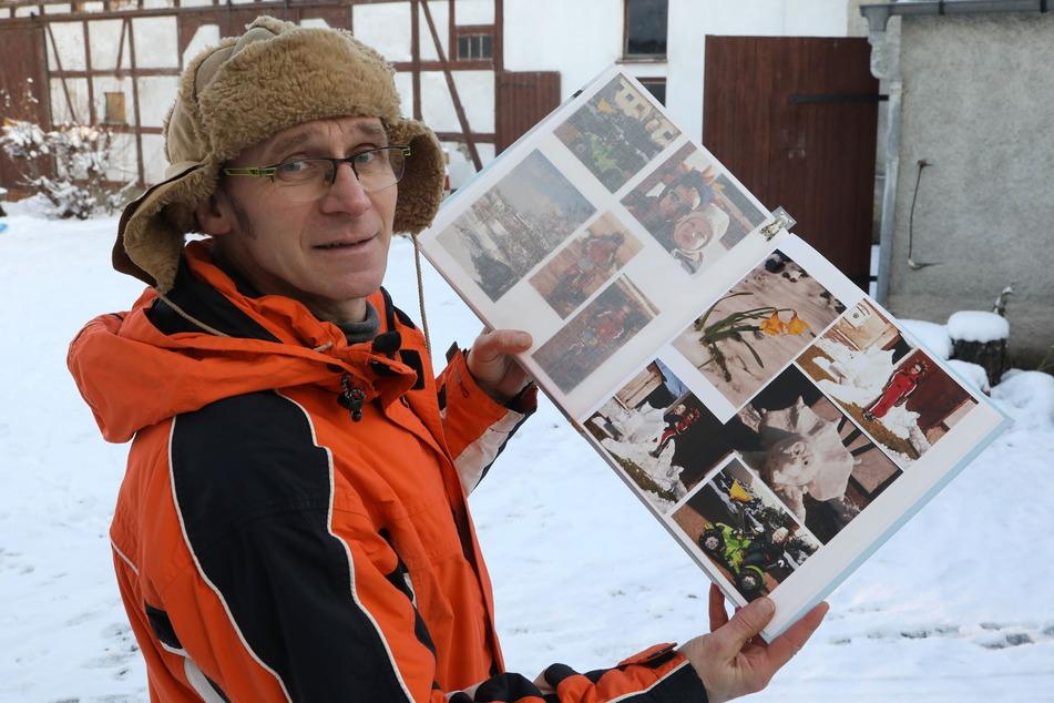 Einblick ins Familien-Fotoalbum: Bereits in vergangenen Wintern baute Dieter Scholz (52) verrückte Schneefiguren: unter anderem einen Eis-Saurier.