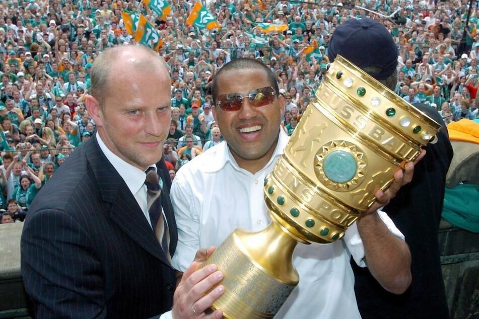 """Bilder aus längst vergangenen und sportlich wie auch finanziell weitaus besseren Tagen. Schaaf mit """"Kugelblitz"""" Ailton (47) beim DFB-Pokalsieg 2004."""