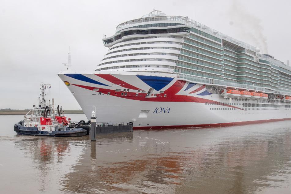 """Das neue Kreuzfahrtschiff """"Iona"""" hat das Emssperrwerk passiert."""