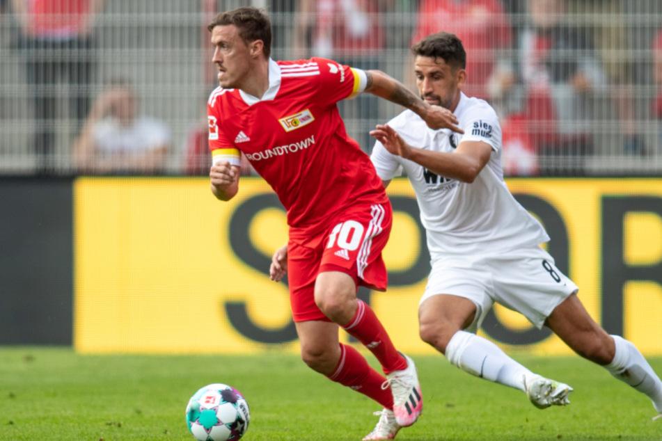Unions Max Kruse (l.) kämpft mit Rani Khedira vom FC Augsburg um den Ball.