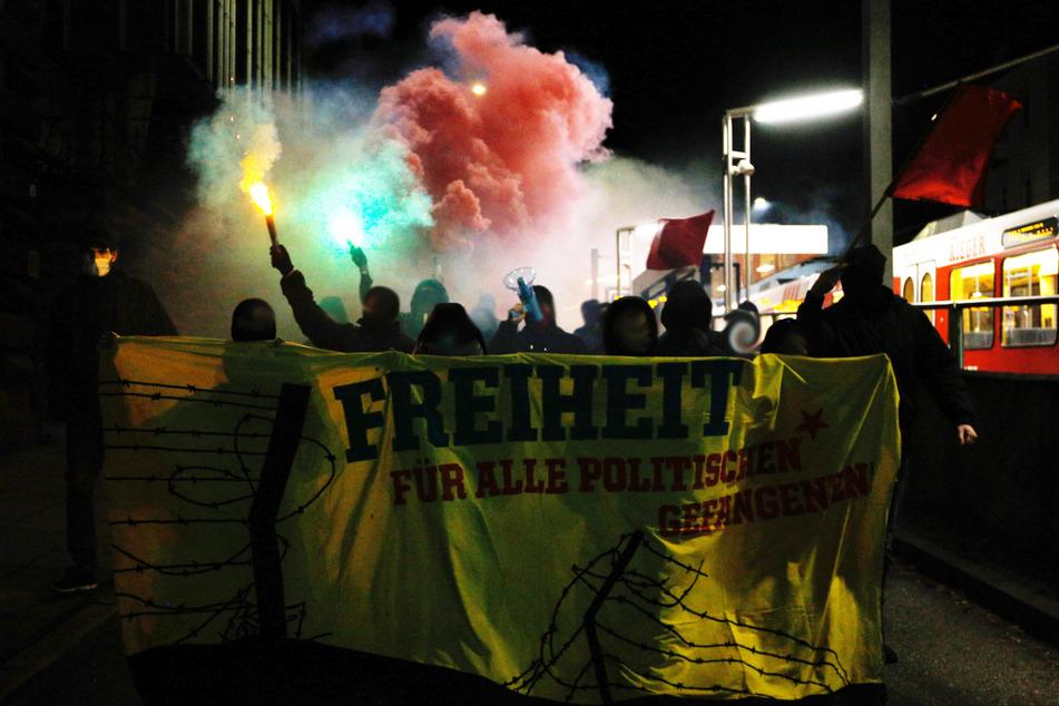 """Die Antifa demonstriert vermummt an der Neuen Weinsteige. Auf einem Banner fordern die Linken: """"Freiheit für alle politischen Gefangenen""""."""