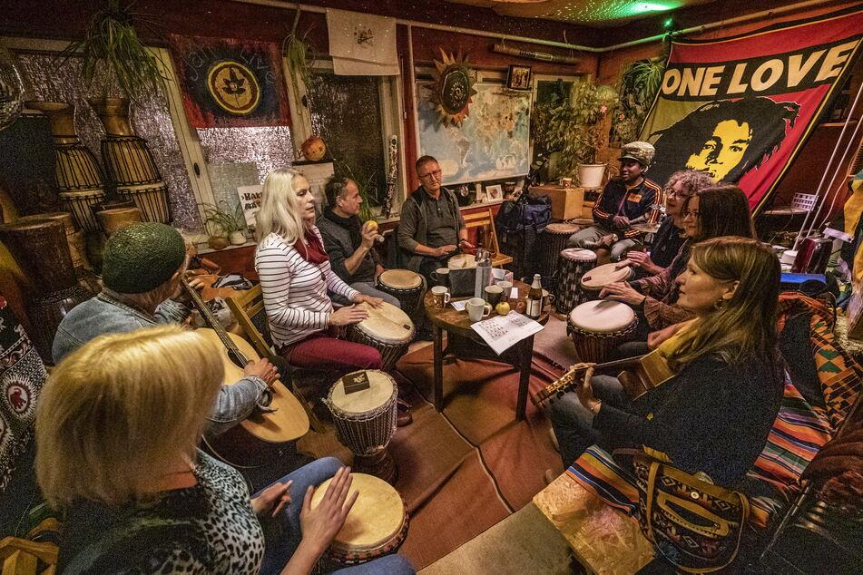 Jeden Montagabend leitet Arba Manillah einen Trommelworkshop im Proberaum am Kulturhaus Arthur.