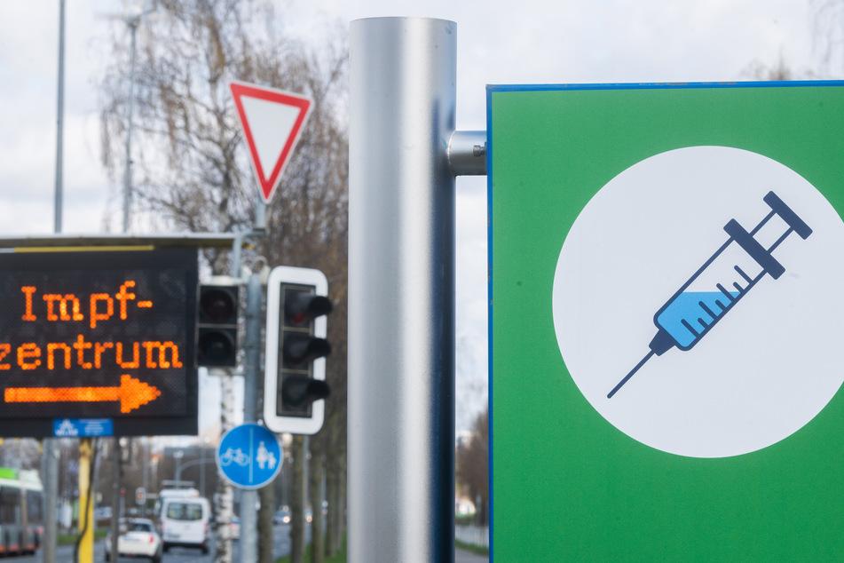 Eine Tafel weist auf das Impfzentrum in Hannover hin.
