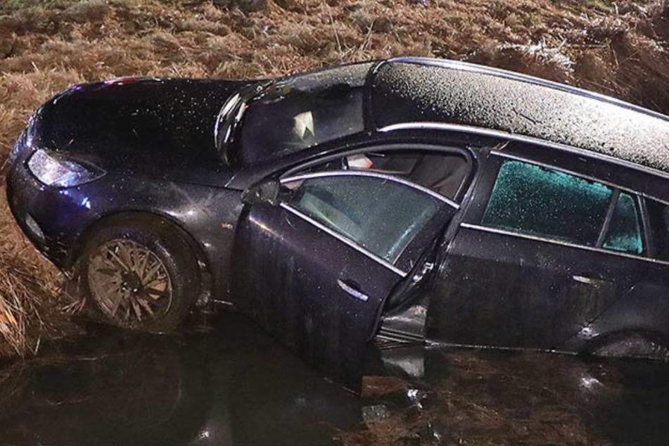 Opel mit fünf Insassen überschlägt sich und landet im Wassergraben