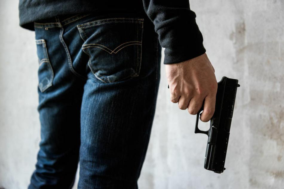 Mann schießt mit Waffe in die Luft und geht danach in den Supermarkt