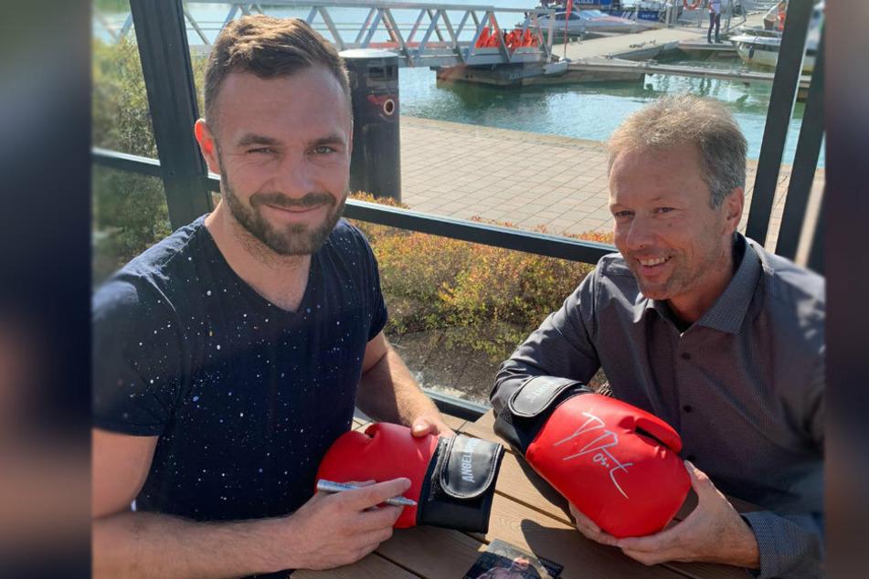 Boxer Dominic Bösel (30, l.) mit Sven Meyer (45), Chef der Megaskybar in Meerane. Für den TAG24-Gewinner gibt es noch einen signierten Boxhandschuh von Bösel.