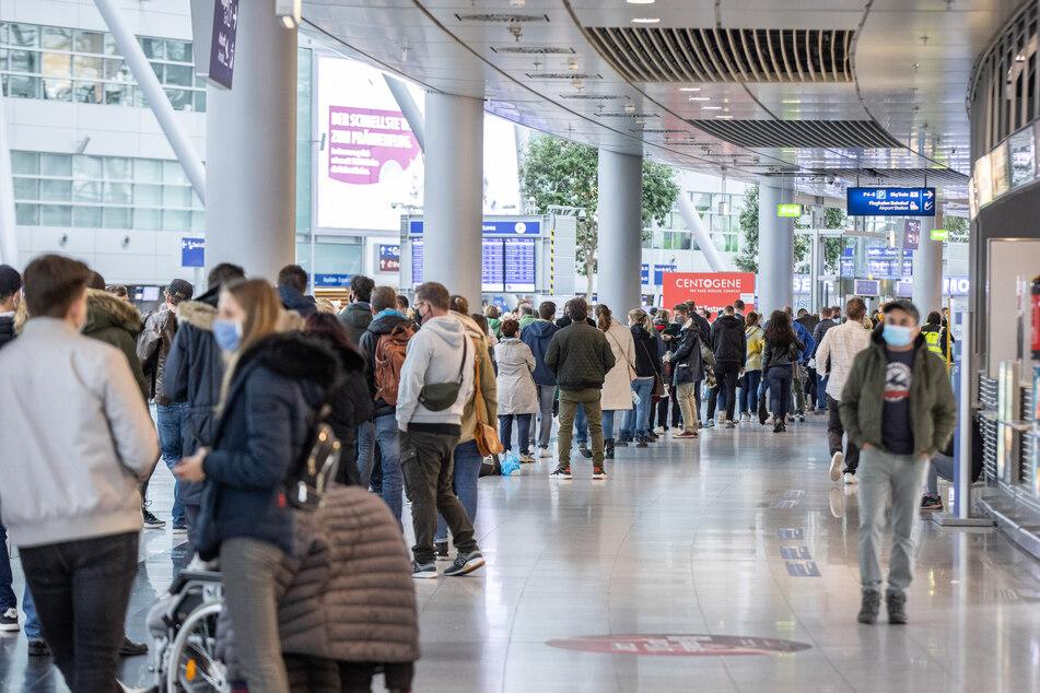 Am Düsseldorfer Flughafen können sich Reisende weiterhin auf Corona testen lassen.